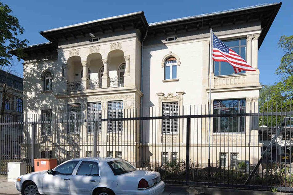 Vor dem US-Generalkonsulat in Leipzig wurde am Freitag gegen die Klimapolitik von Präsident Donald Trump demonstriert.