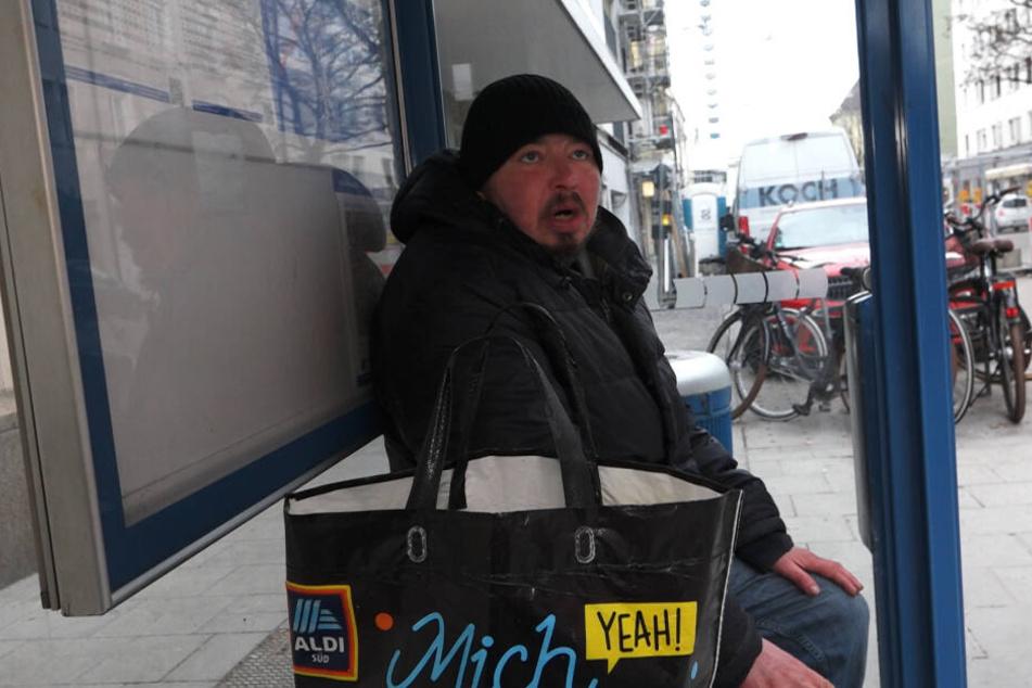 In einem Häuschen einer Bushaltestelle kann sich Nico wenigstens vor dem eisigen Wind schützen.