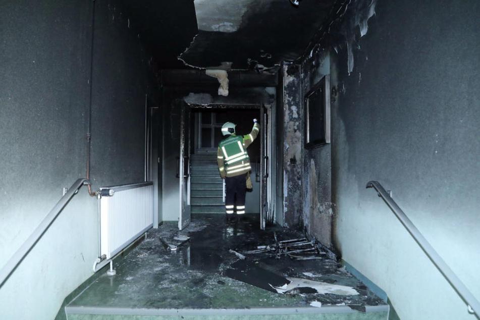 In einem Hausflur brannte ein Kinderwagen.