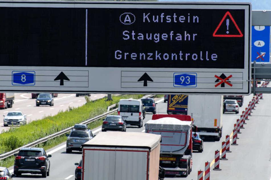 Österreichische Behörden lassen an der Grenze nur eine begrenzte Anzahl Lkws passieren, dadurch kommt zu zu erheblichen Staus.