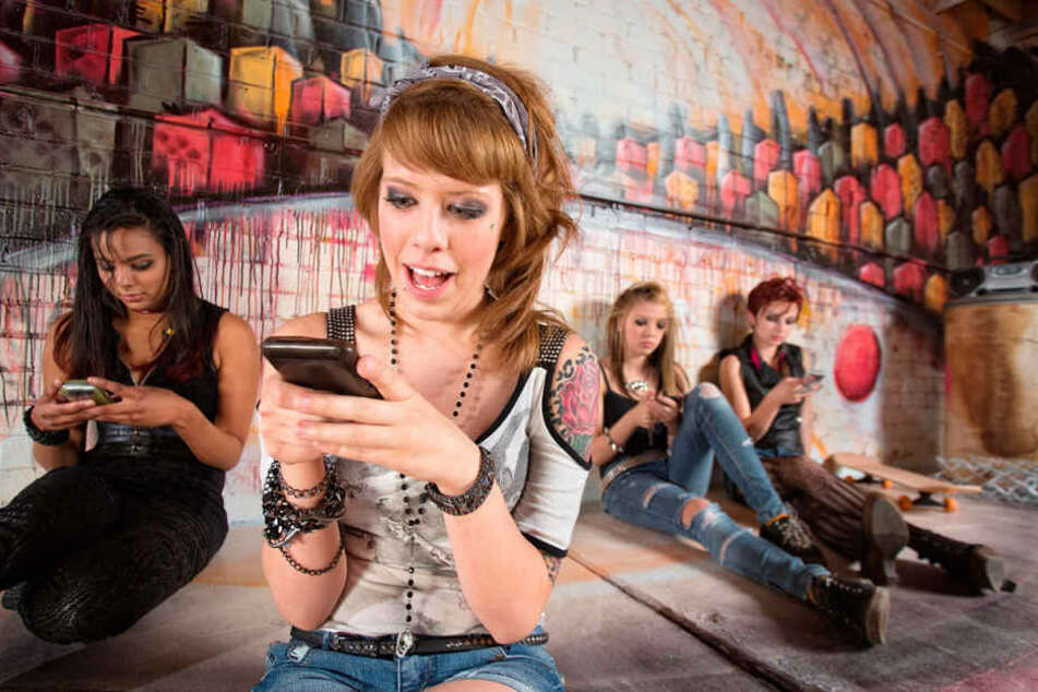 Chatten, surfen, spielen, shoppen und den Partner fürs Leben suchen: Das Smartphone hat längst alle Lebensbereiche erobert - oft zum Leidwesen von Angehörigen oder der Umgebung.