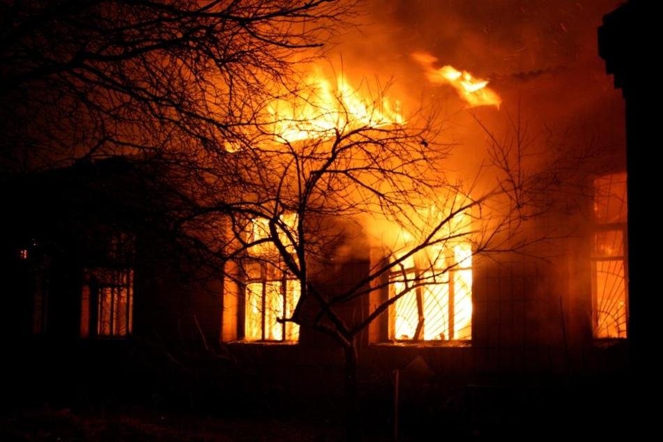 Das einstige Wohnhaus ist komplett niedergebrannt. Leider hat die 84-Jährige trotz Rettung nicht überlebt. (Symbolbild)