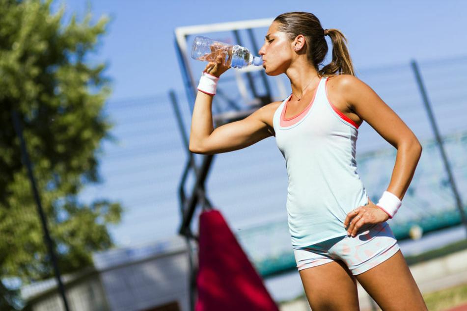 Wer ein intensives Training hinter sich hat, sollte statt auf Wasser auf isotonische Getränke zurückzugreifen – in puncto Bier aber bitte ein alkoholfreies.