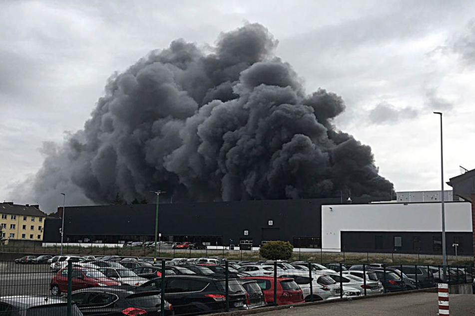 Die riesige Rauchwolke ist von weitem zu sehen. Anwohner wurden gewarnt.