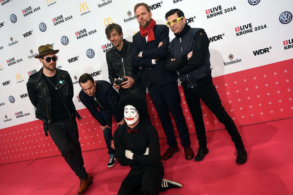 """Die sechsköpfige Bühnen-Besetzung der Beatsteaks bei der Verleihung der 1Live-Krone, die sie als """"Bester Live Act"""" abstaubten."""