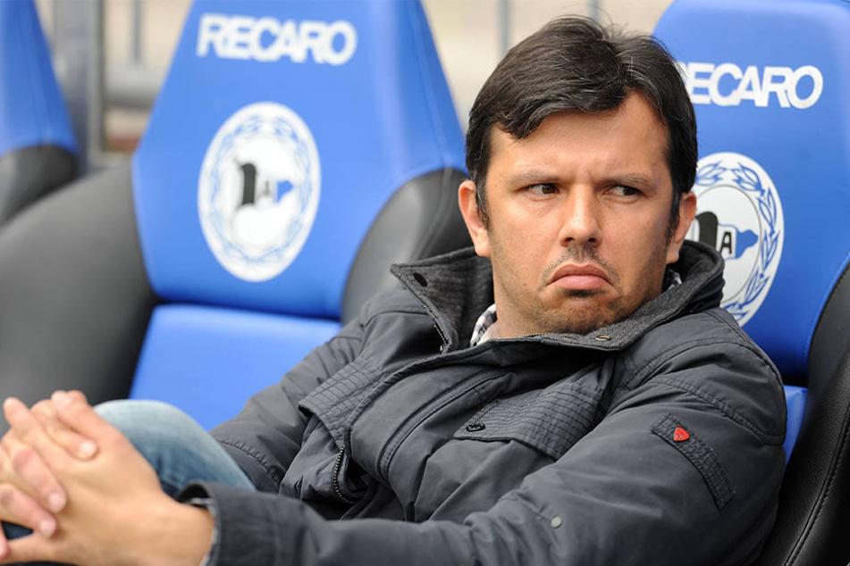 Die Zeit rennt: Wer nimmt den Platz neben Samir Arabi auf der Trainerbank ein?