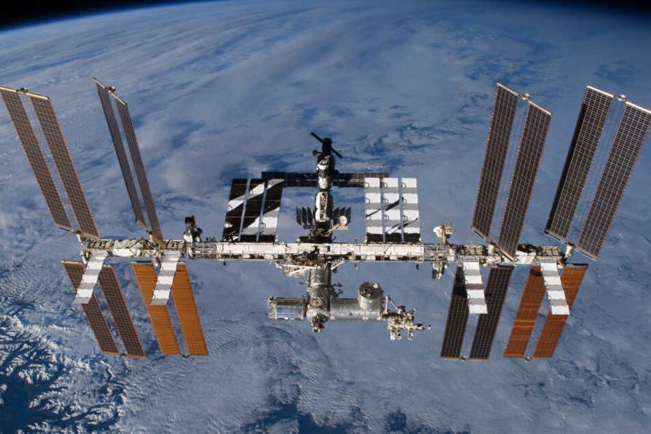 Die ISS kreist als Weltraum-Labor um die Erde.