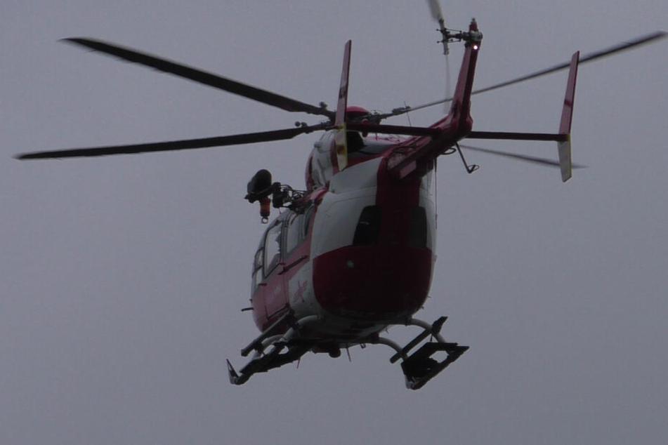 Zwei Personen wurden bei dem Unfall verletzt: Auch ein Rettungshubschrauber war im Einsatz.