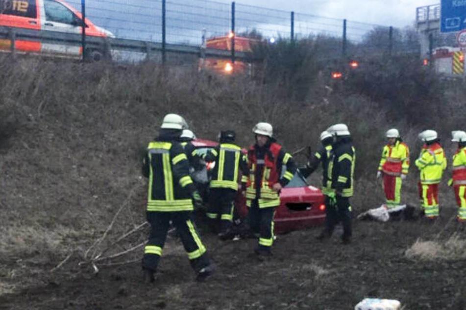 Auto stürzt mehrere Meter tief: Tödlicher Unfall auf der A4