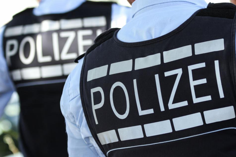 Mann schreit rechte Parolen und bedroht Polizisten mit Waffe
