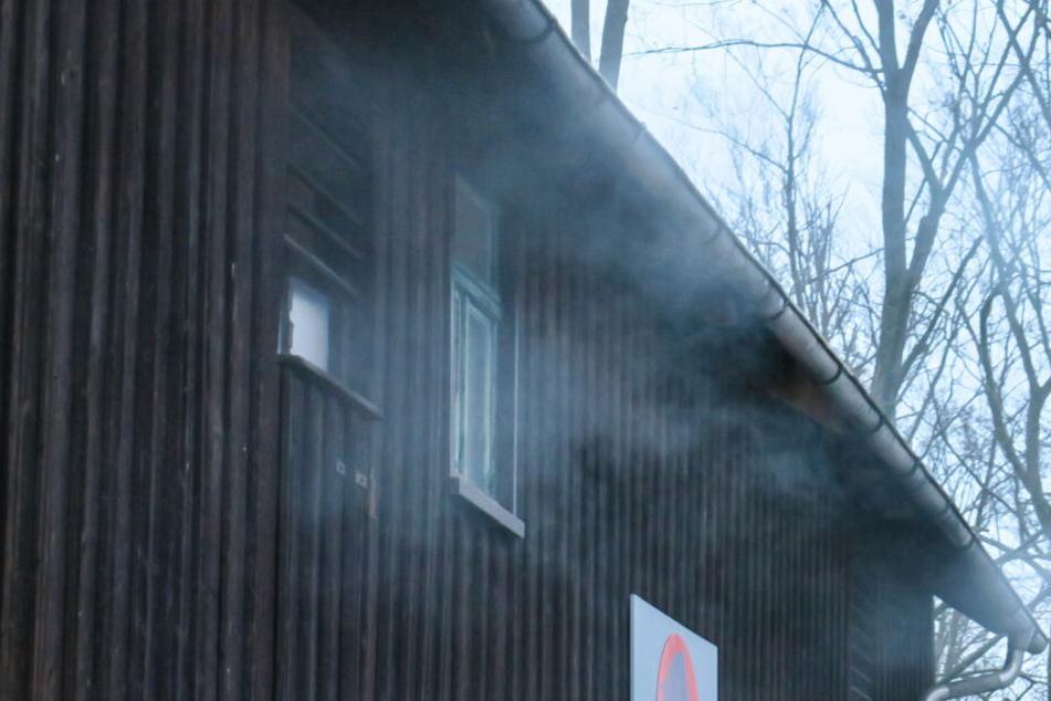 Auf dem Dachboden der Scheune war Müll in Brand geraten.
