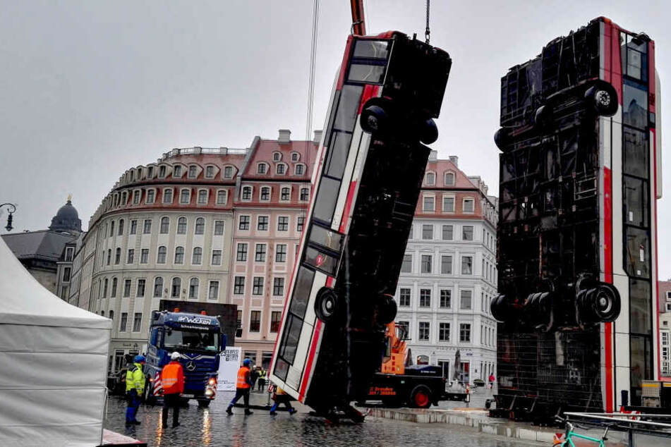 Am Dienstagmorgen fuhren Kräne auf den Neumarkt. Der Abbau der Busse hat begonnen.