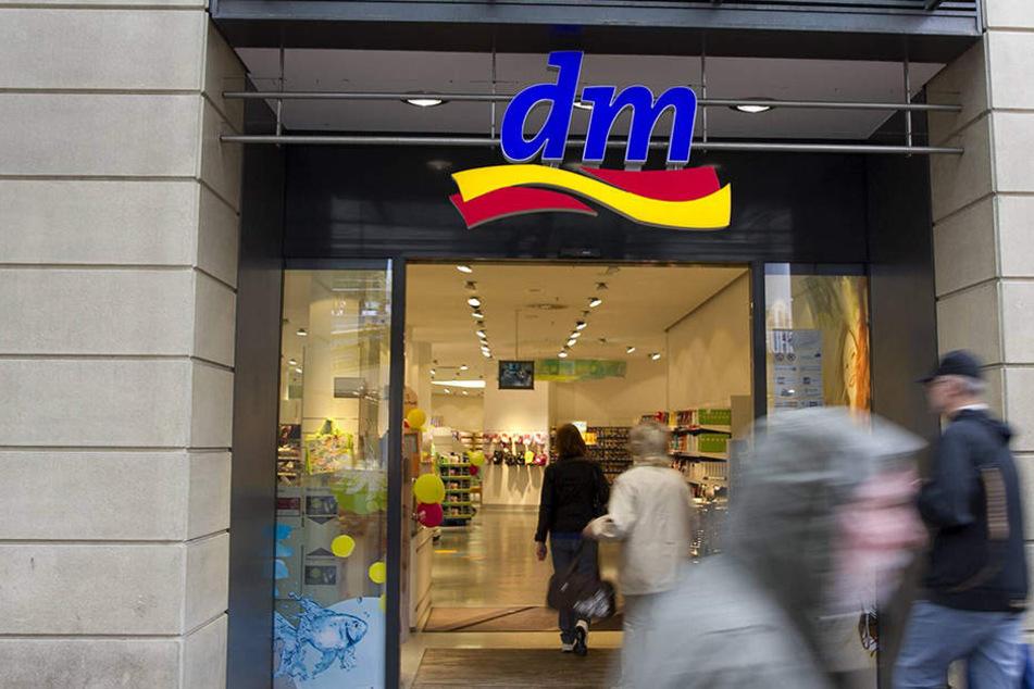 dm-Mitarbeiter sollen Sonderangebote bei der Konkurrenz aufkaufen.