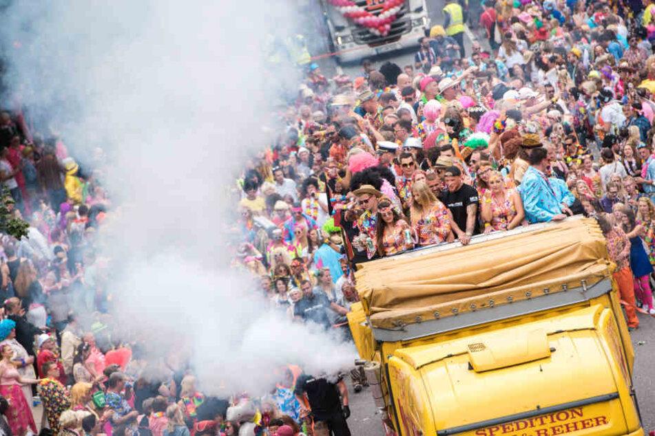 """Menschenmassen schieben sich beim """"Karneval des Nordes"""" alljährlich durch die Straßen."""