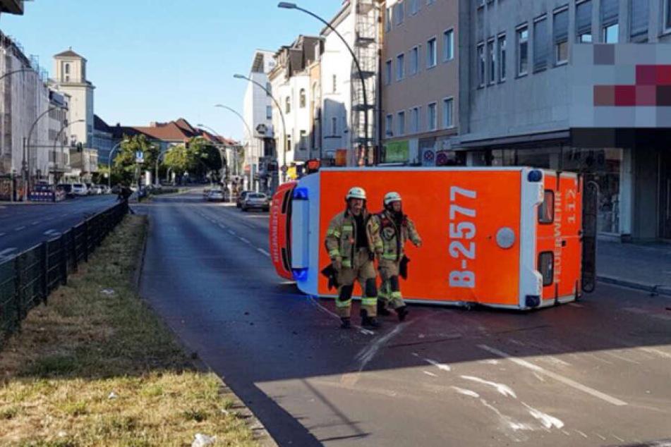 Der auf der Seite liegende Rettungswagen der Berliner Feuerwehr.