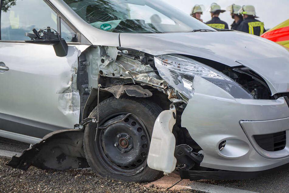 Die Fahrerin kam von der Straße ab und knallte mit ihrem Renault gegen einen Baum.