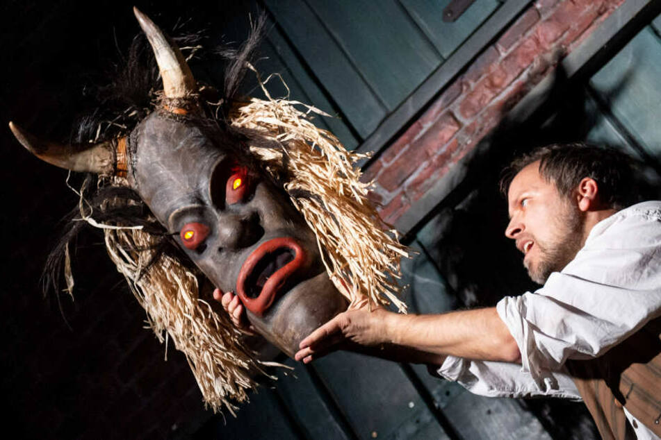 """Szene aus der Show """"Der Fluch der Maske"""": Die Aufführung ist neuer Bestandteil des Show-Museums in der historischen Speicherstadt."""