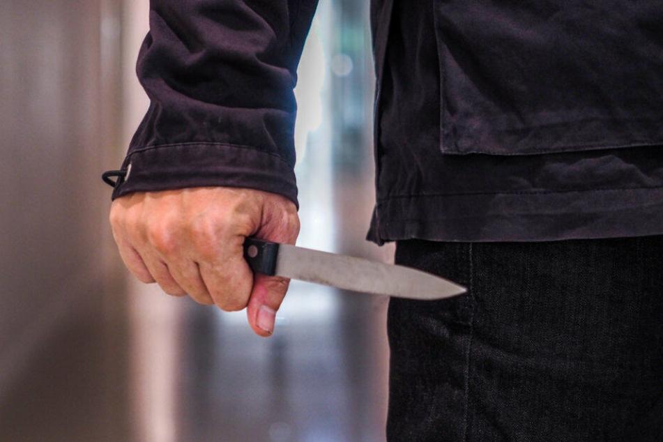 Der Angeklagte soll mit einem Messer auf das Opfer losgegangen sein. (Symbolbild)