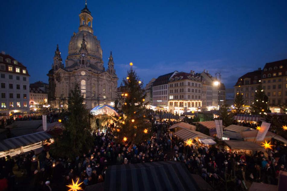 Der historische Weihnachtsmarkt erstrahlt vor der imposanten Frauenkirche.