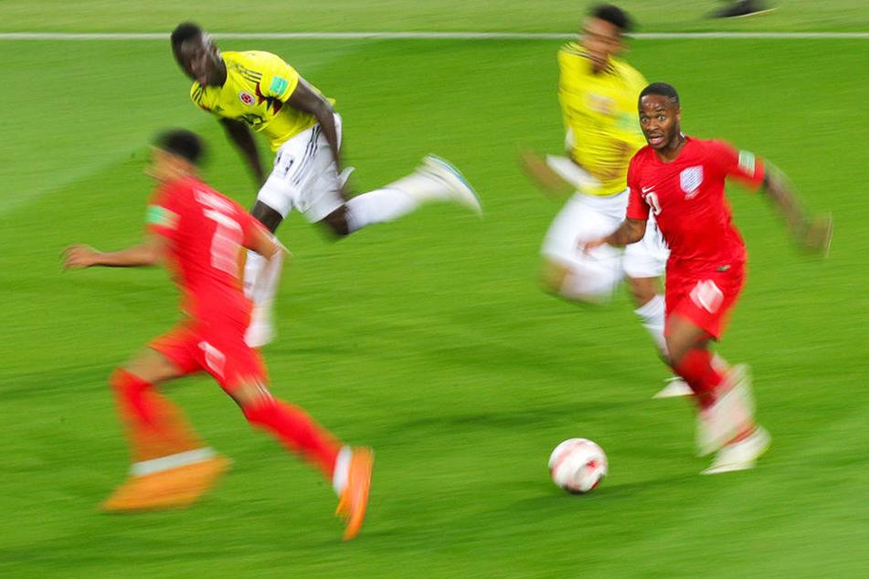 Wie ein Blitz: Englands pfeilschneller Raheem Sterling (r.) setzt zum Tempodribbling an, kann aber noch rechtzeitig gestoppt werden.