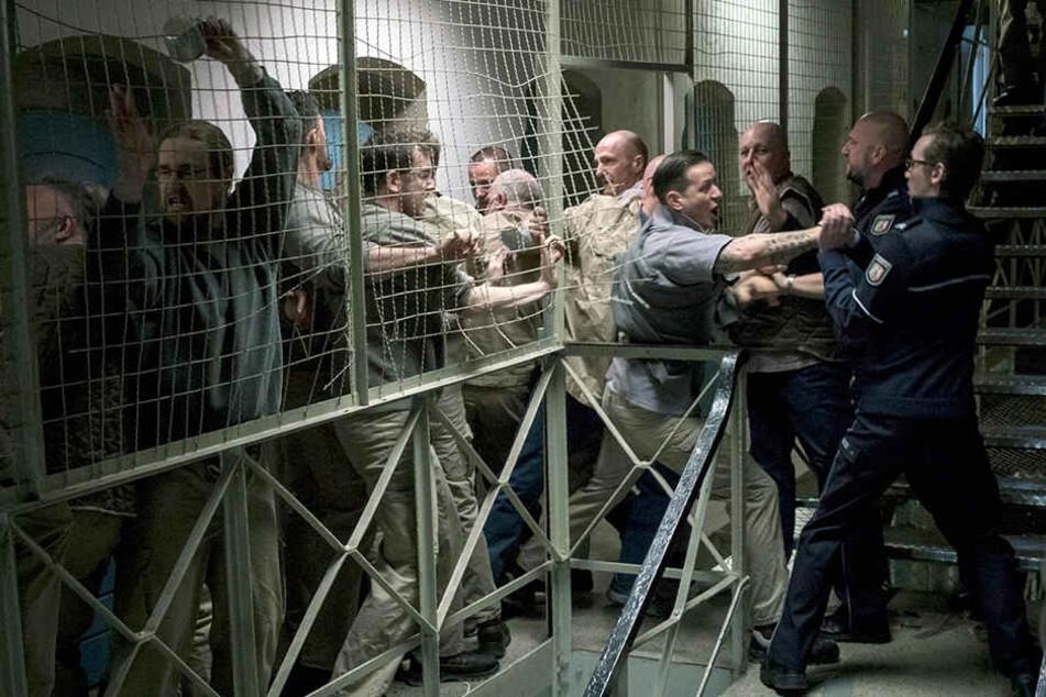 Tollwut-Tote in der JVA treiben die Knackis zum Aufruhr. Gedreht wurde das Ganze übrigens im stillgelegten Gefängnis Sudenburg in Magdeburg.