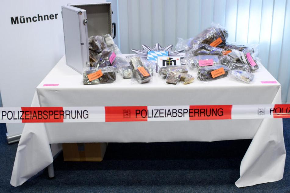 Sichergestelltes Haschisch und Marihuana sind bei einer Pressekonferenz der Münchner Polizei zu sehen.