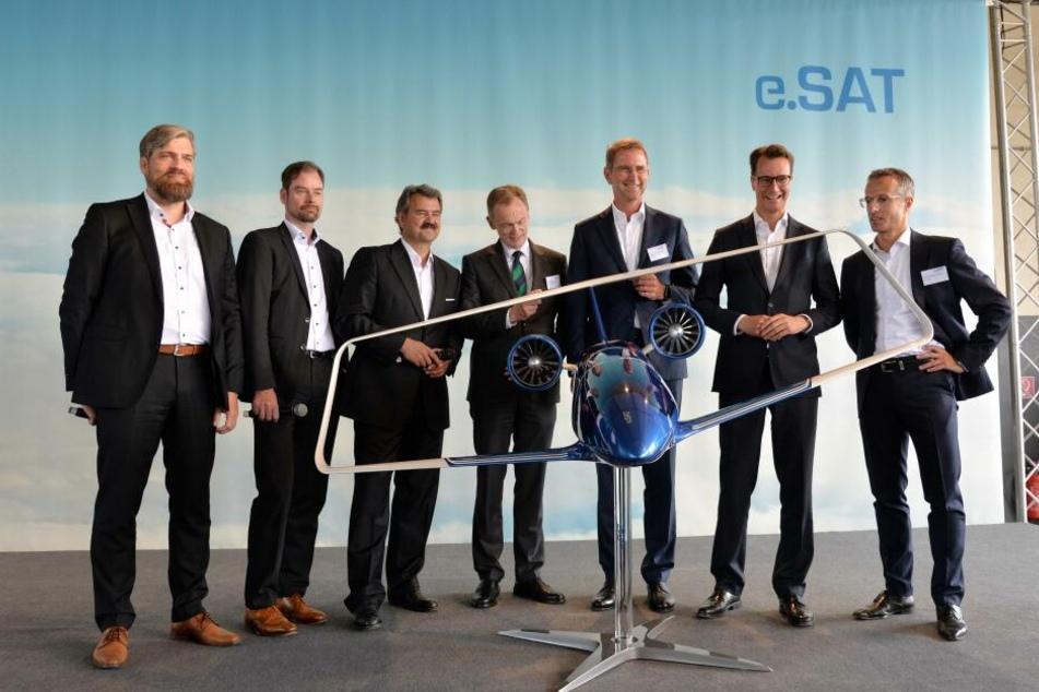 Enthüllung des Silent Air Taxi Modells in Aachen. NRW-Verkehrsminister Hendrik Wüst (2. von rechts) mit Vertretern der e.SAT GmbH und der Landesregierung.