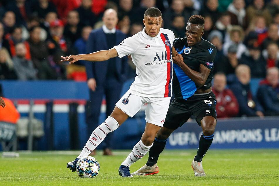 Odilon Kossounou (20, r.) kam vom FC Brügge zu Bayer 04. In der Champions League machte er sogar schon PSG-Angreifer Kylian Mbappe (22) das Leben schwer.