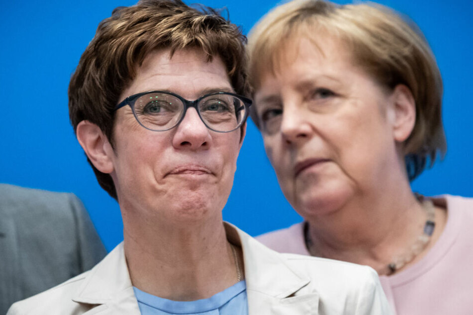 Angela Merkel (r.) hat Annegret Kramp-Karrenbauer (l.) gegen Kritik verteidigt, weil diese das Amt der Verteidigungsministerin entgegen früheren Ankündigungen übernahm.
