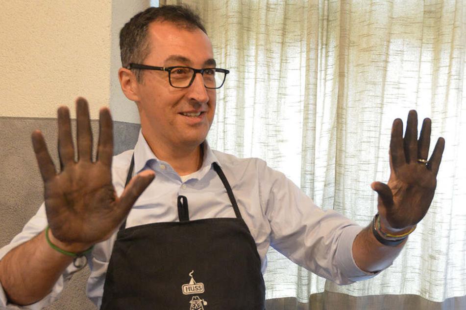 Bundespolitiker Cem Özdemir (53, Grüne) machte sich bei seinem Besuch im Erzgebirge die Hände schmutzig.