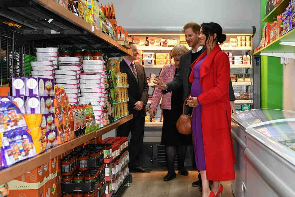 Für das royale Paar stand auch eine Stippvisite im örtlichen Supermarkt an.