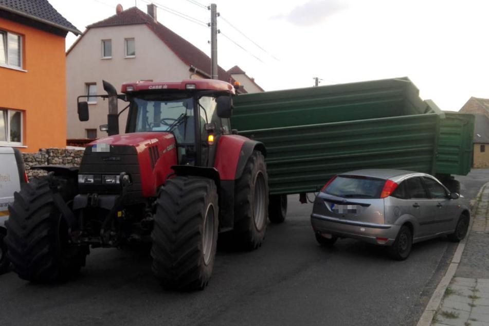 Er hat die Kurve NICHT gekriegt: Traktoranhänger kippt auf Auto