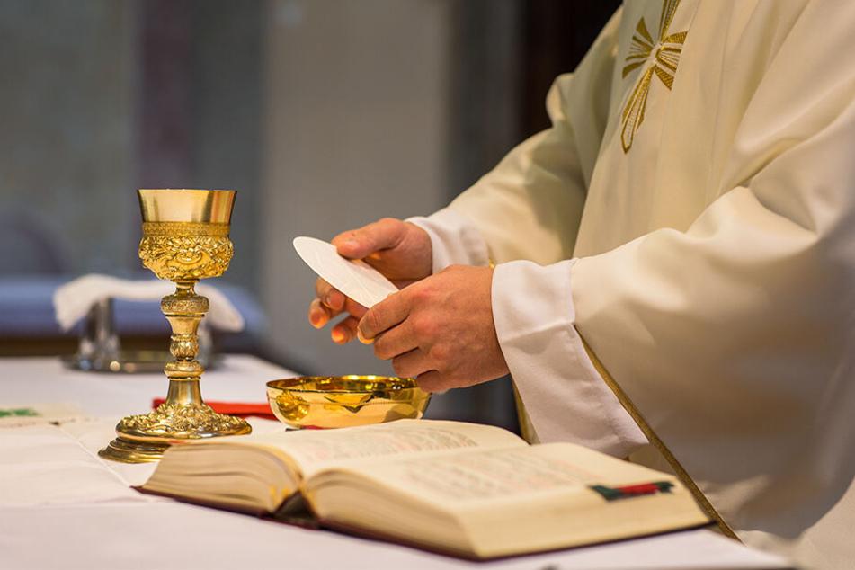 Der Pfarrer bereitete gerade den Gottesdienst am Abend vor, als die Männer die Sakristei stürmten.