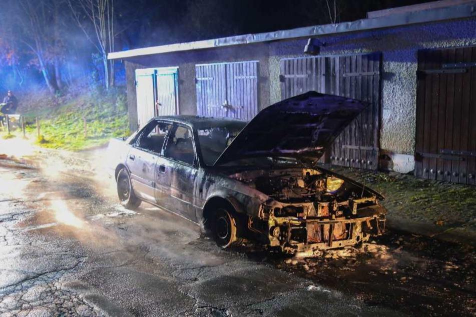 Der Mazda brannte komplett aus.