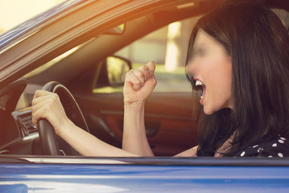 Sie versperrte einem anderen Autofahrer immer wieder den Weg. Allerdings flippte nicht der Mann, sondern die Frau selbst aus. (Symbolbild)