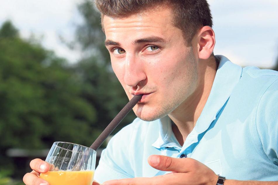Jungunternehmer Konstantin Neumann (20) mit einem seiner essbaren Trinkhalme.