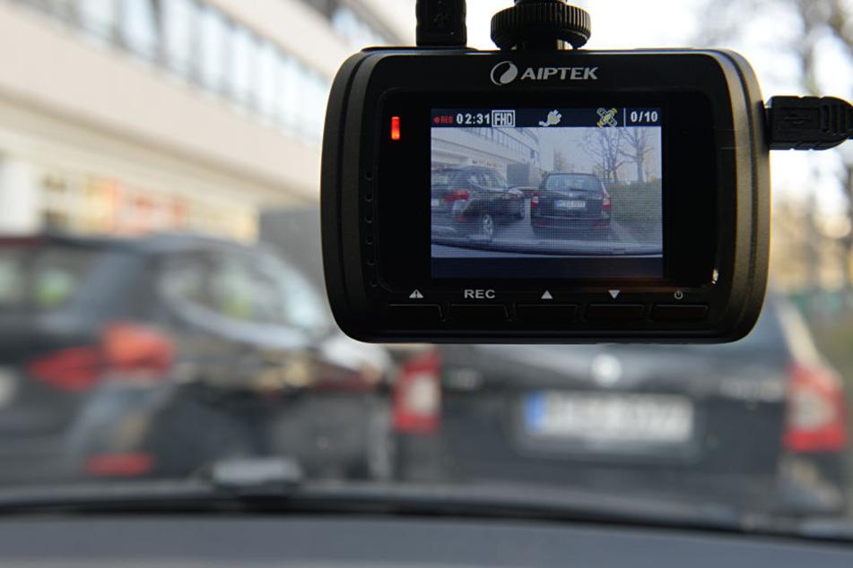 Ein Dashcam, also eine Kamera fürs Armaturenbrett, im Einsatz.