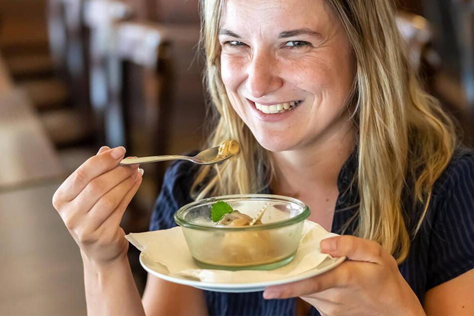 Redakteurin Julia Zube testete das Sauerbraten- und KoppBock-Eis.