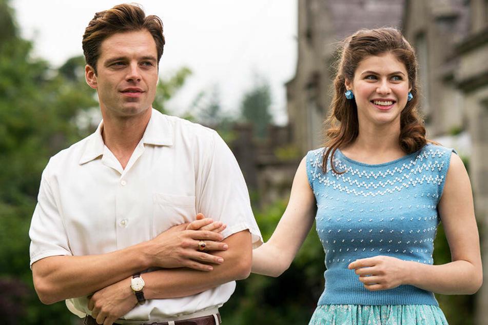 Charles Blackwood (l., Sebastian Stan) macht sich an seine Cousine Constance (Alexandra Daddario) heran.