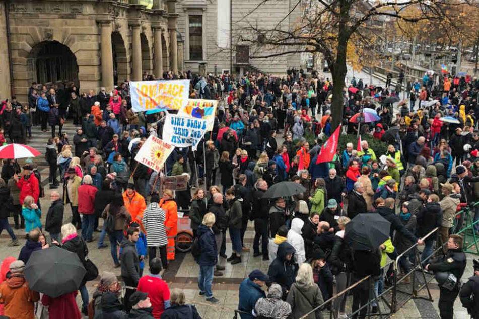 Auch am Rathaus treffen sich die Gegendemonstranten.