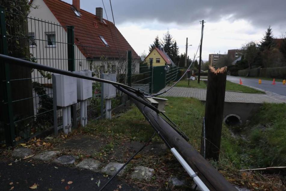 Auf der Gompitzer Straße in Dresden fiel ein Strommast um.