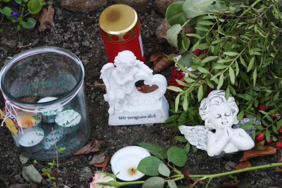 Blumen und Kerzen stehen vor dem Haus der erstochenen Maria.
