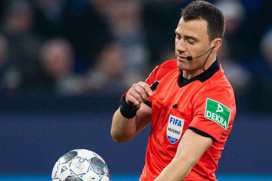Zweimal entschied sich Schiedsrichter Felix Zwayer bei Elfmeter-würdigen Situationen im Schalke-Strafraum gegen Eintracht Frankfurt.