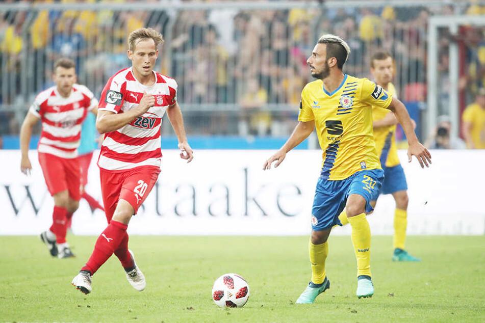 René Lange (l.) hat wohl die besten Aussichten, Samstag gegen den SV Meppen als Linksaußen der Zwickauer aufzulaufen. Hier läuft er Braunschweigs Ivan Franjic (r.) an.