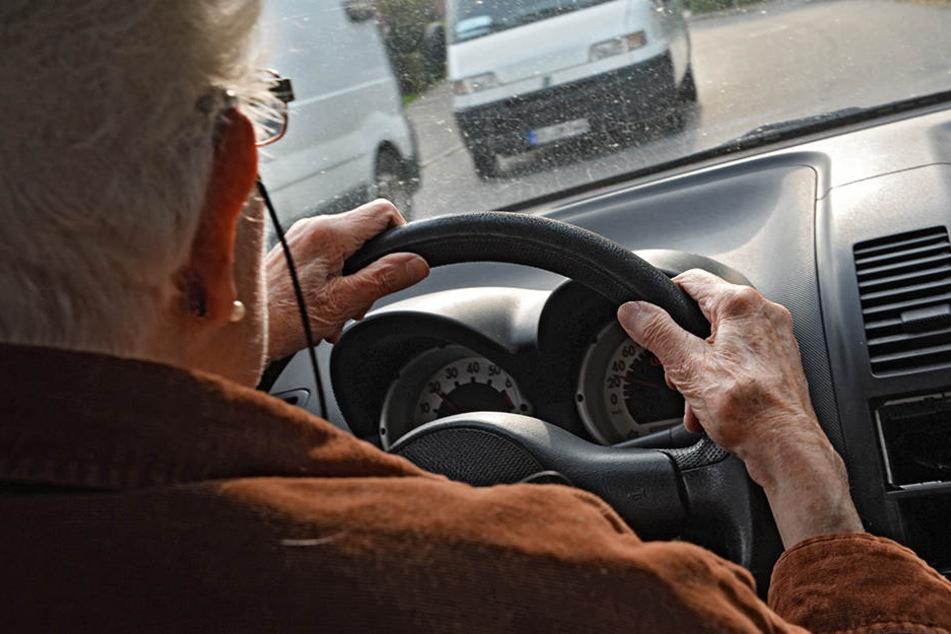 Misslungenes Manöver: Beim Ausparken fuhr eine 69-jährige Hallenserin ihrem Ehemann über den Fuß (Symbolbild).
