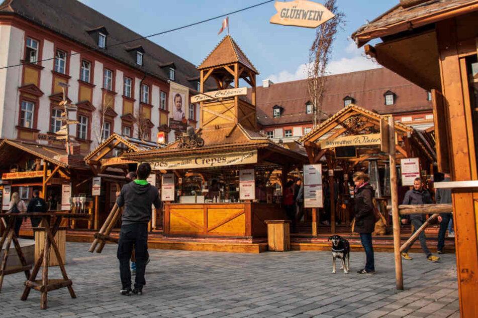 In Bayreuth hat mit dem Winterdorf der erste Weihnachtsmarkt des Jahres geöffnet.