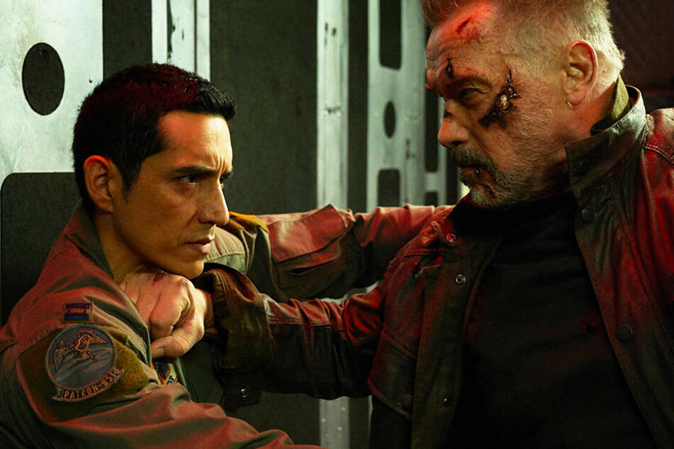 Kampf der Terminatoren: Der T-800 (r., Arnold Schwarzenegger) versucht, den neuartigen Rev-9 (Gabriel Luna) aufzuhalten.