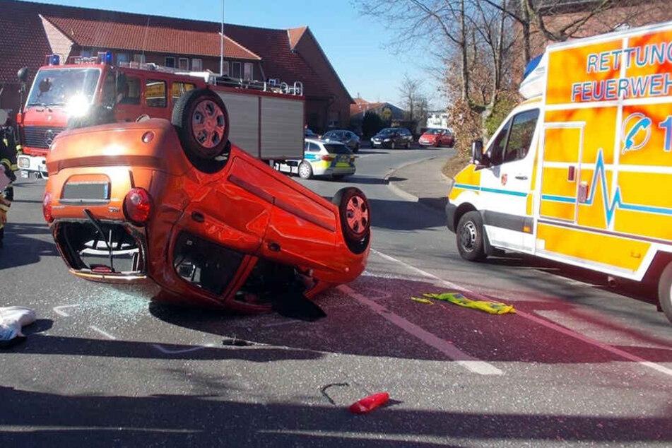 Auto überschlägt sich und bleibt auf Dach liegen