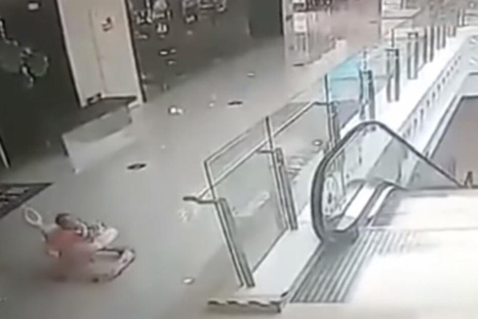 Links im Bild ist das kleine Mädchen zu sehen, es steuert direkt auf die Rollstreppe zu.