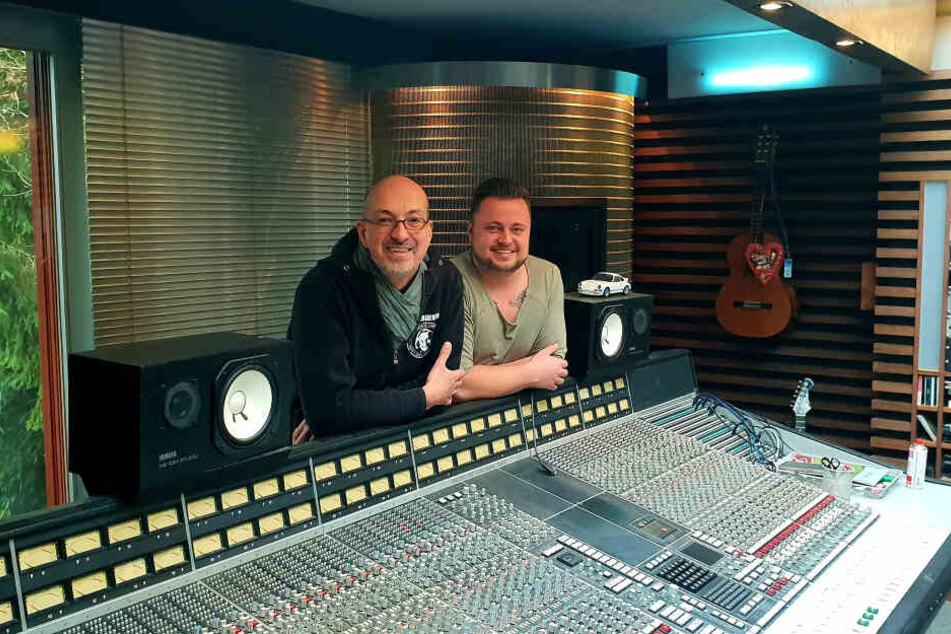 """Martin Fischer (26) mit Produzent """"Jeo"""" im berühmten Bohlen-Studio."""